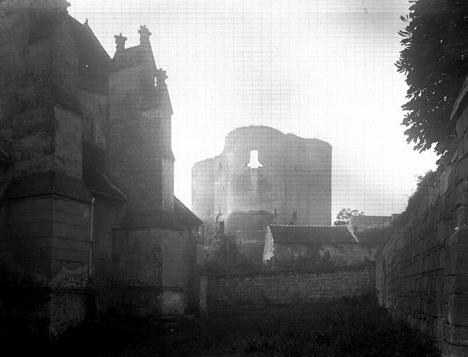 Extérieur du donjon et partie de l'église