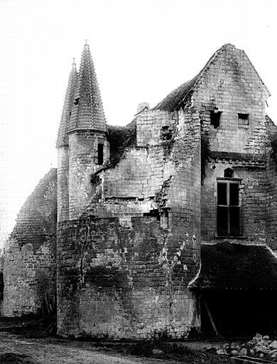 Façade nord, poterne, porte d'entrée de la basse-cour, angle sud-est du grand logis