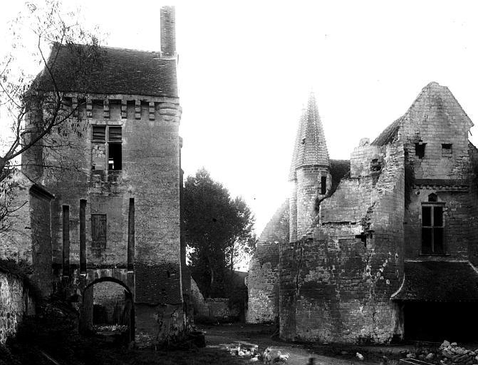 Tour sud-ouest du grand logis, revers de la poterne, entrée de la cour de ferme, bâtiment d'entrée de la basse-cour