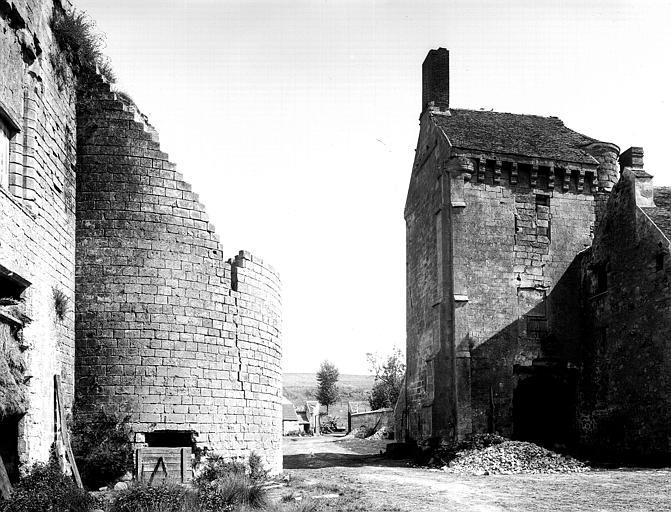 Façade nord, grand logis, face latérale est, tour sud-est éventrée, tour est sans son couronnement