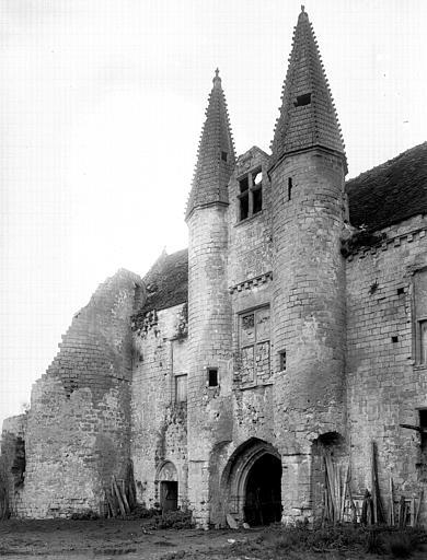 Vue nord-est du château, poterne, porte d'entrée de la basse-cour, angle sud-est du grand logis