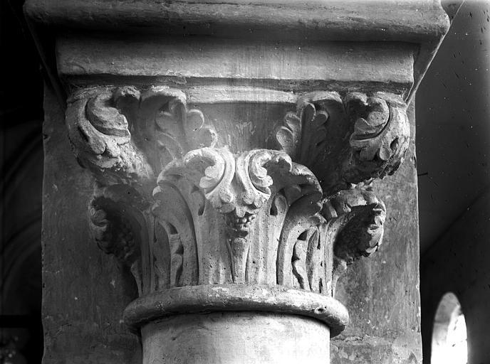 Intérieur, chapiteau de la nef (première travée, côté sud) : feuillage