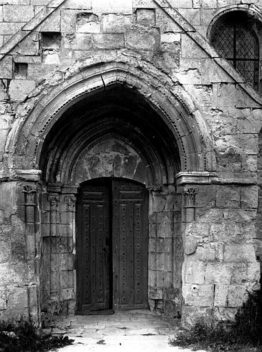 Extérieur, façade latérale sud, porche et porte