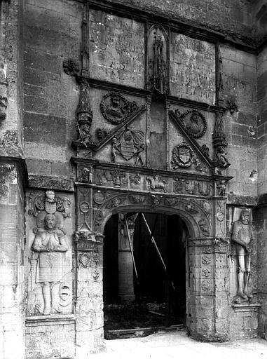 Portail ouest, à droite et à gauche : pierres tumulaires représentant deux personnages de la maison de Laurin