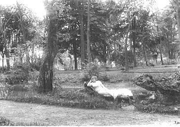 Jane d'Argent dans un parc