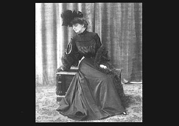 Mme Barbusse, assise