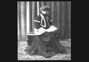 Mme Barbusse, lisant