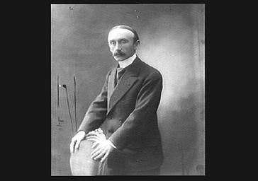 Eugène Berteaux (conservateur des monuments de Paris), debout