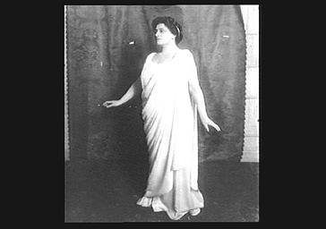 Mlle Bréval, soprano dramatique jouant dans 'Iphigénie'
