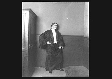 André Brulé au théâtre de l'Athénée, en costume de scène