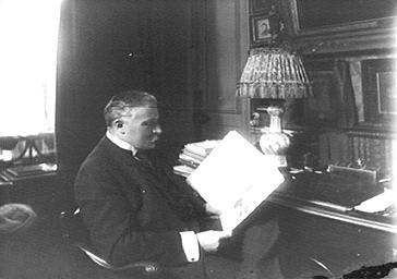 Pierre de Courcelle, assis à son bureau