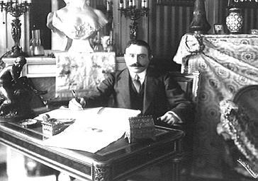 Octave Crémieux assis à son bureau