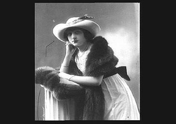 Colette Darly, portant un chapeau, une fourrure et un collier
