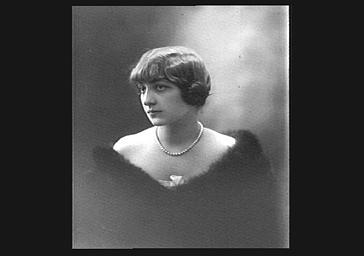 Colette Darly, portant une fourrure et un collier