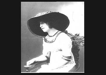 Colette Darly, portant un chapeau de Poiret