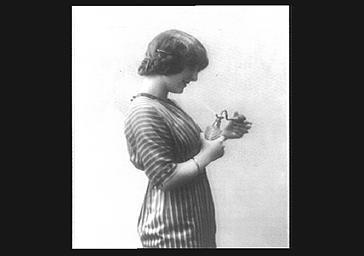 Colette Darly, avec un vaporisateur de parfum