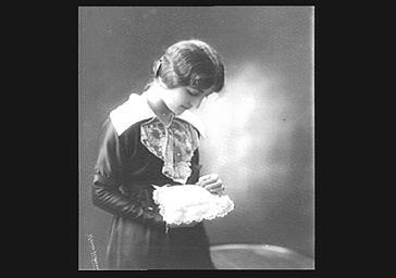 Colette Darly, avec un coussin de dentelle