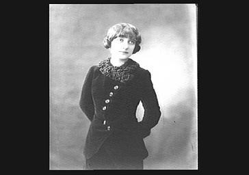 Colette Darly portant une fourrure et un collier, vue de face
