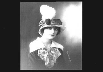Colette Darly, portant un chapeau