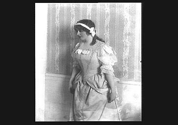 Marie-Louise Derval en costume de scène dans 'Le Bossu'