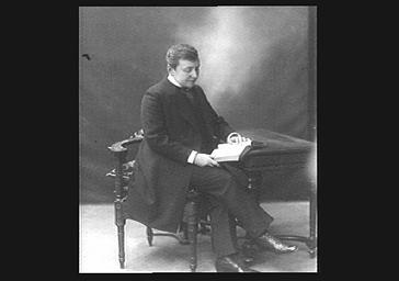 Docteur Dieulafoy, membre de l'Institut : lisant
