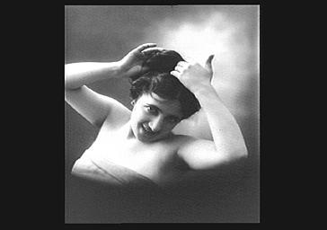 Mlle Dorza, les mains dans les cheveux