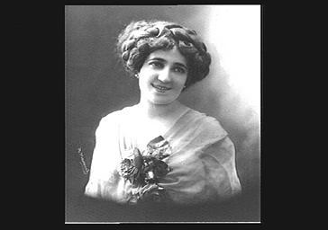Mlle Dorza, avec une composition végétale