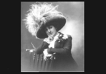 Mlle Dorza, portant un chapeau