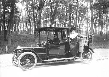 Arlette Dorgère en voiture