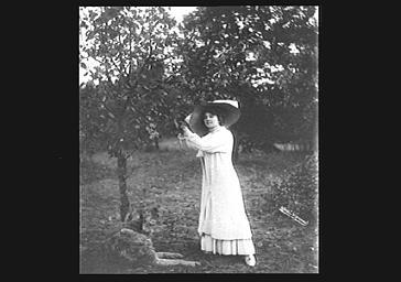 Arlette Dorgère dans un jardin