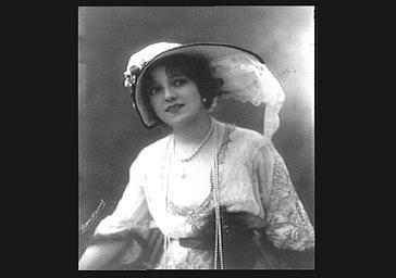 Arlette Dorgère, portant un chapeau de Camille Kuger
