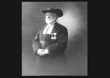 Le grand rabbin Dreyfus, debout