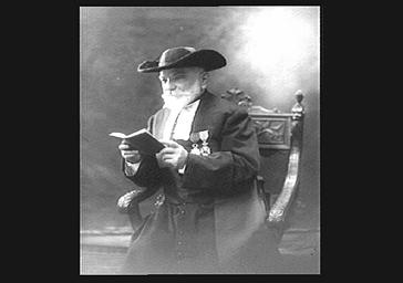 Le grand rabbin Dreyfus, assis