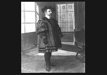 Raphaël Duflos au théâtre, en costume de scène
