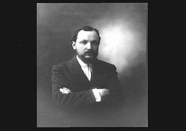 Georges Duhamel, les bras croisés
