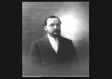 Georges Duhamel, portant des lunettes
