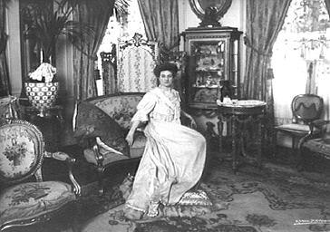 Marthe Fontana dans un intérieur
