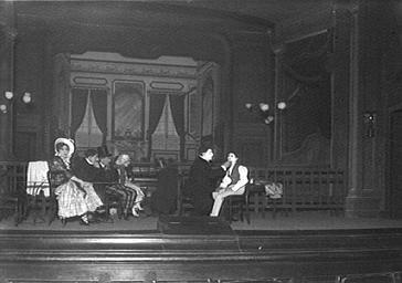 Sacha Guitry jouant dans 'Debureau' au Théâtre du Vaudeville