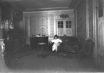 La comtesse de Kerbyroelle dans son salon
