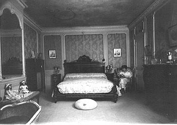 La comtesse de Kerbyroelle dans sa chambre à coucher