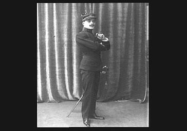 Le cinéaste Max Linder sur scène, en costume militaire