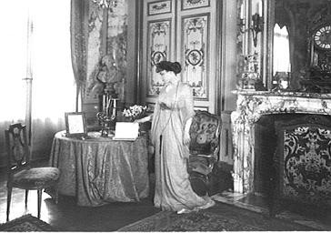 La marquise de Ludres dans son salon