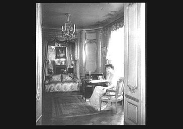 La marquise de Ludres dans son bureau