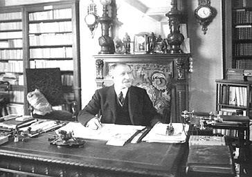 Paul Millier dans sa bibliothèque