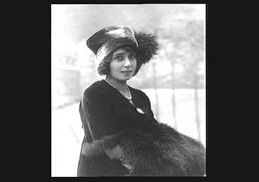 Mistinguett portant un chapeau et une fourrure