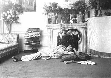 Mistinguett dans son salon, lisant