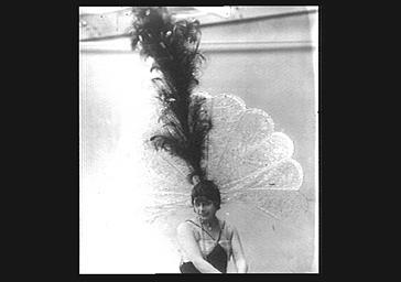 Mistinguett portant un chapeau de Lewis