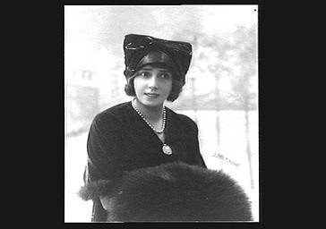 Mistinguett portant un chapeau de Carlier