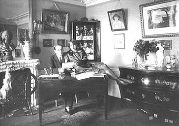 Mistinguett et de Jean Dax dans le salon