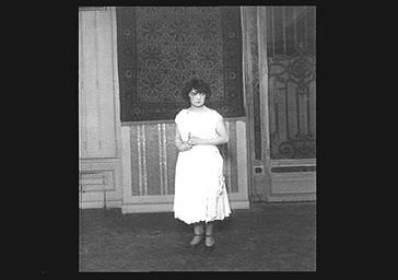 Portrait de Gaby Morlay sur scène au Théâtre Fémina